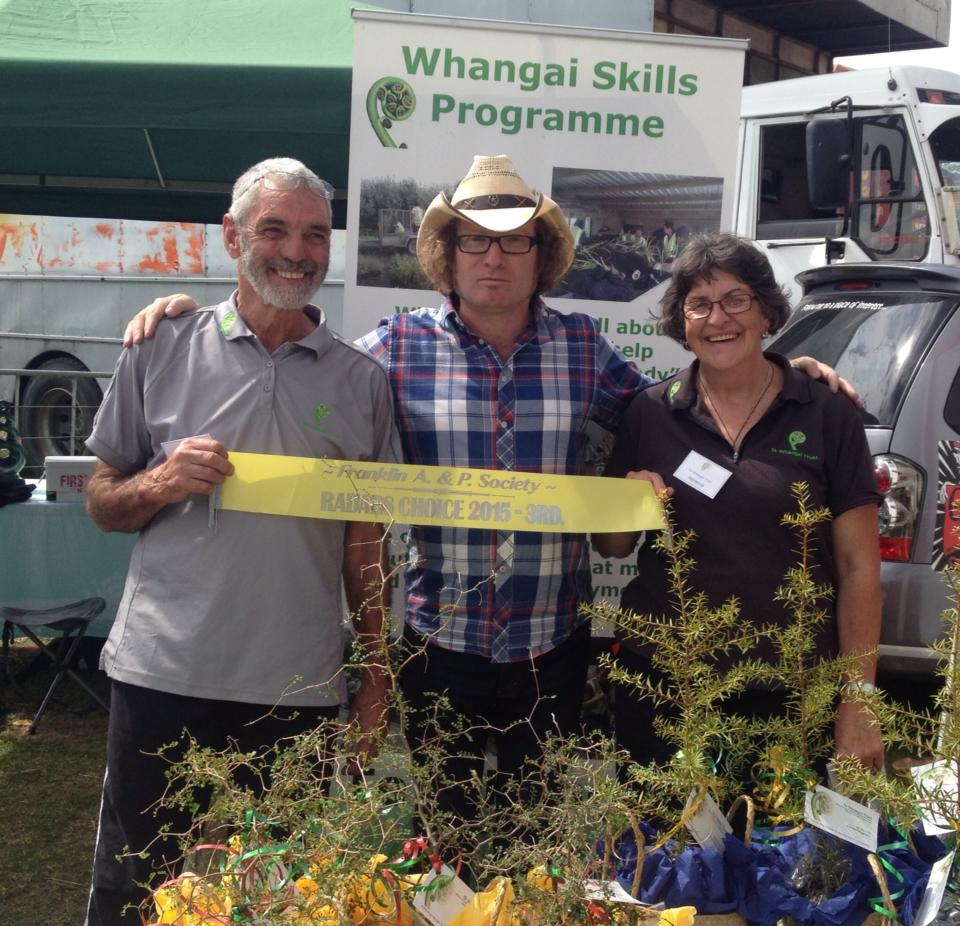 An image of Te Radar presents Te Whangai Trust with a site award at the Pukekohe A&P show.